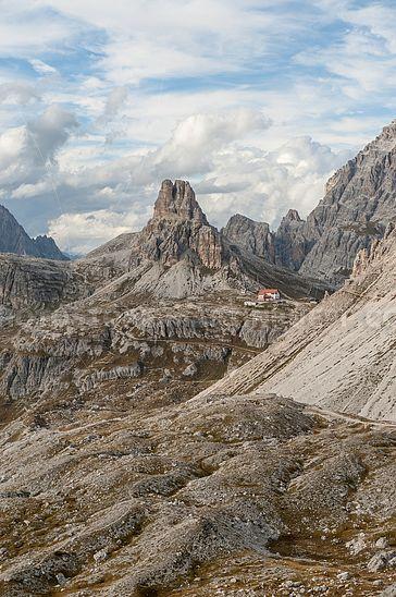 Blick zur Drei-Zinnen-Hütte und Toblinger Knoten