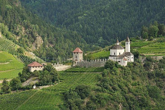 Frauenkirche und Wehranlagen der einstigen Burg Säben