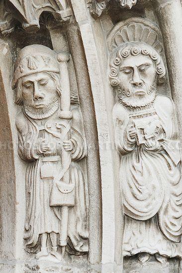 Steinfiguren am Kirchenportal