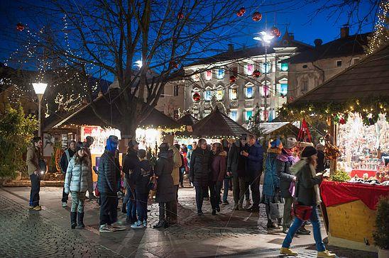 Besucher am Christkindlmarkt Brixen