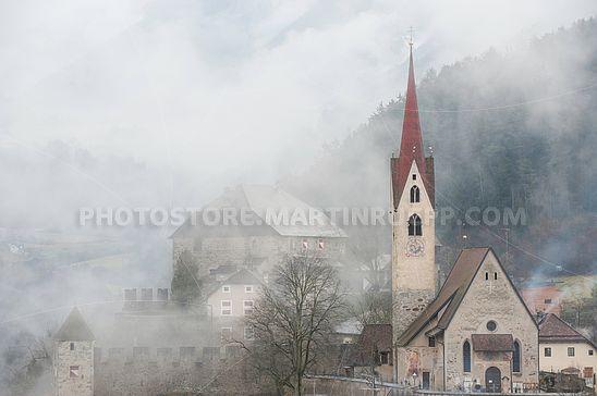 Blick zur Pfarrkirche Gufidaun im Winternebel