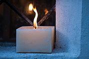 Brennende Kerze am Fenster