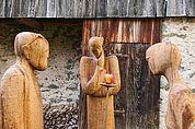 Holzskulpturen im Innenhof des Schloss Summersberg