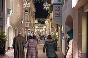 Weihnachtliche Einkaufsstraße in Brixen