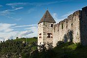 Mauer und Turm von Schloss Summersberg