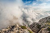Blick vom Schlern auf die Santnerspitze im Wolkenmeer