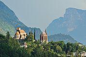 Blick zur Kirche und Mausoleum Schenna