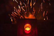 Eine Kerze über offenem Feuer