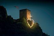 Herz-Jesu-Feuer vor der Ruine Neuhaus in Terlan