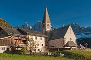 Bauernhof und Kirche St. Magdalena