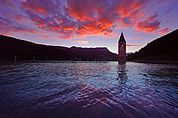 Der Abendhimmel über dem Turm im Reschensee