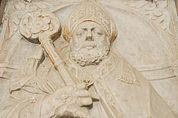 Schlafender Bischof in Stein gemeißelt