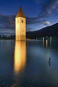 Turm im Reschensee bei Nacht